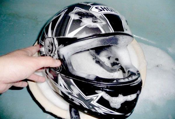 Tips Cara Mencuci dan Menghilangkan Bau Apek Pada Helm Dengan Mudah