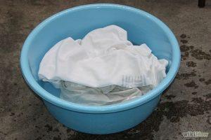 Cara Menghilangkan Noda Bintik Hitam pada Pakaian Putih dan Berwarna Akibat Jamur