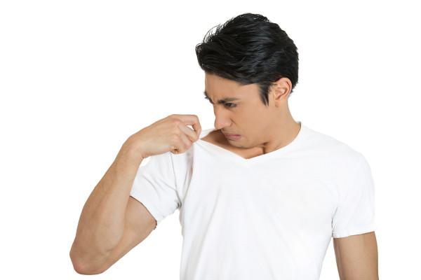 Cara Menhilangkan Bau Ketiak di Baju