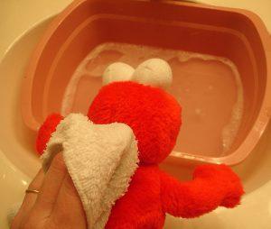 Mencuci Boneka Menggunakan Air